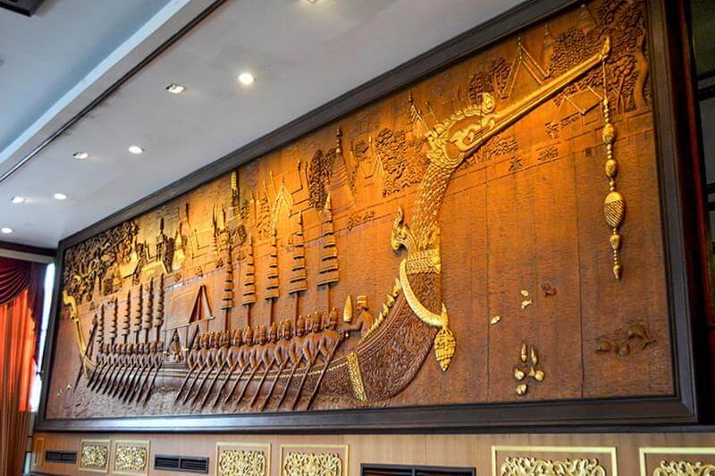 Alexander Hotel Bangkok : Royal Barge Suphannahong sculptured wood